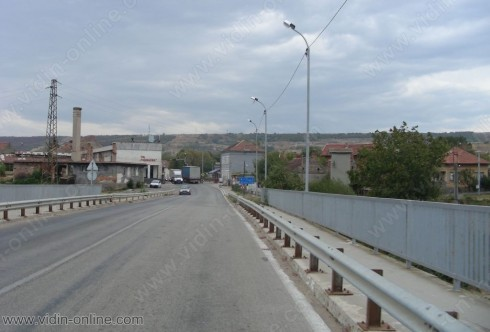Трафикът от ТИР-ове се пренасочи от път Е 79 през видинското село Арчар и създава проблеми в малките населени места