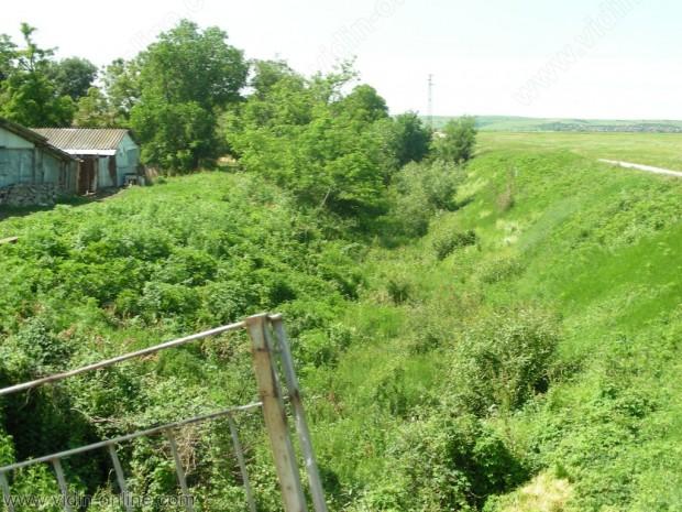 Няма опасност водите в главния събирателен канал на село Иново да предизвикат щети, като залеят земеделски площи, заради падналите дъждове през последните дни