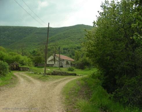 Девет са жителите на село Орешец и всички се занимават с животновъдство