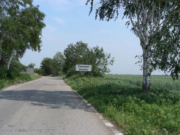 Румънски търговци продават домашно сирене и мляко във видинските села
