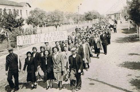 манифестация зад училището, годината е около 1949