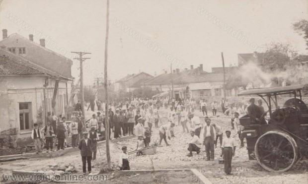 Направа на главната улица в гр. Кула от 7 трудовашка група с началник Асен Илиев 1932 год.