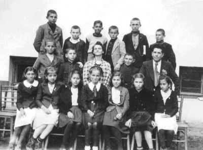 І-б клас – набор 1930 г., на Иванка Стаменова – набор 1936 г., фото 1942/43 учебна година