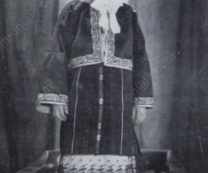 Александра Ванкова - внучка на видинския кмет Севастаки Гънзовяно, облечена като лазарка с горна дреха на дядо си 30-те години на 20 век